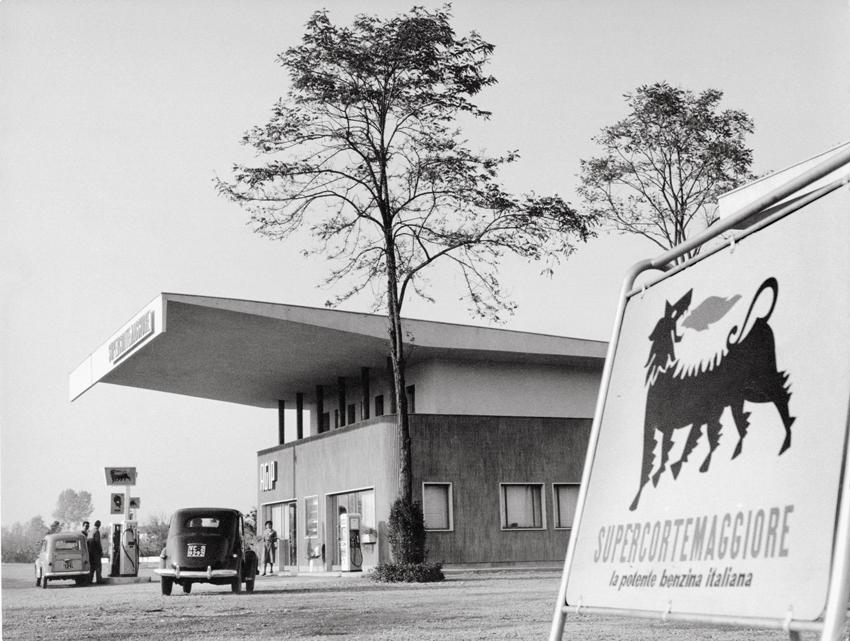 Stazione di servizio Agip, Italia anni '50. Archivio storico Eni