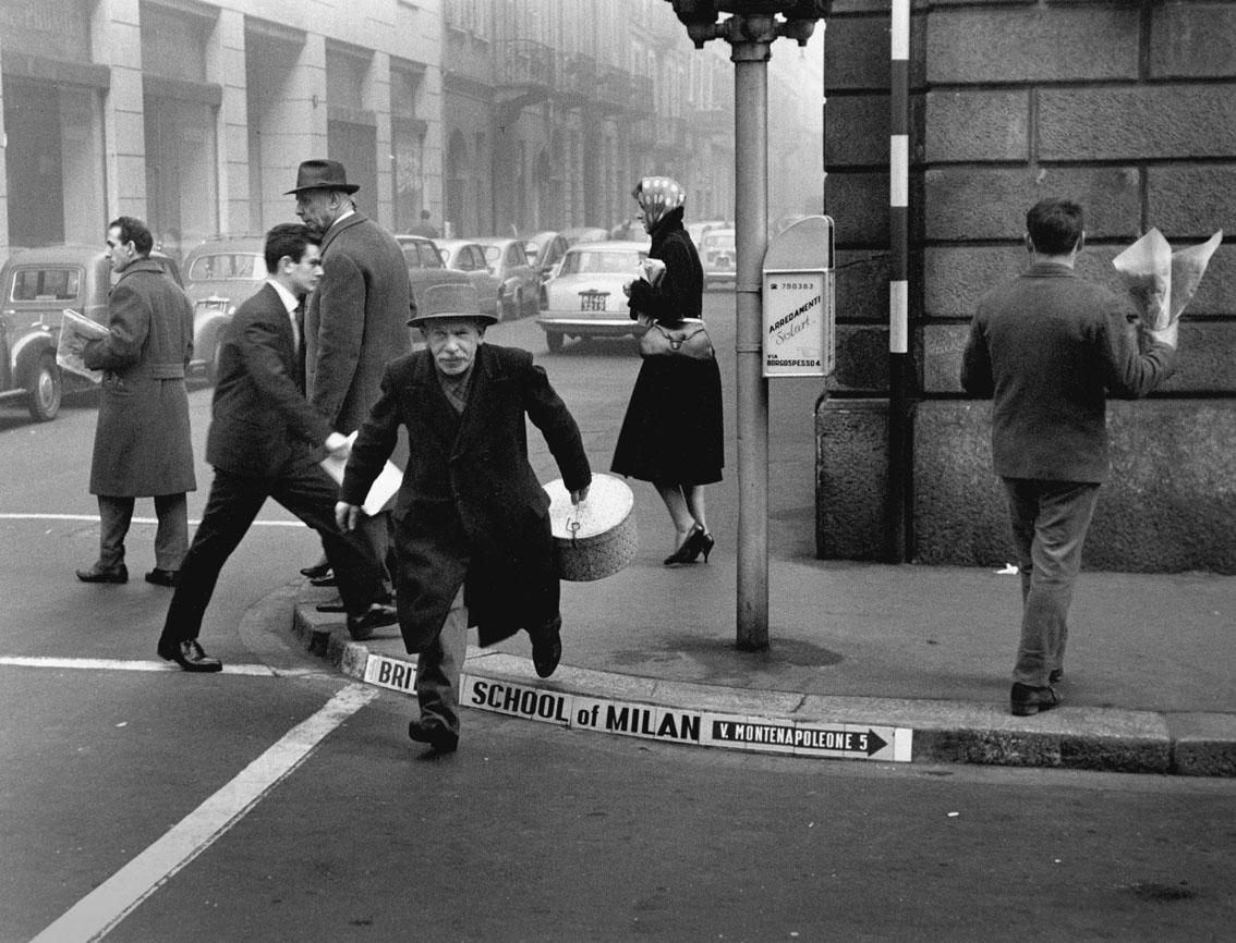 Cesare Colombo – Via Montenapoleone, gli ultimi fattorini, Milano 1957