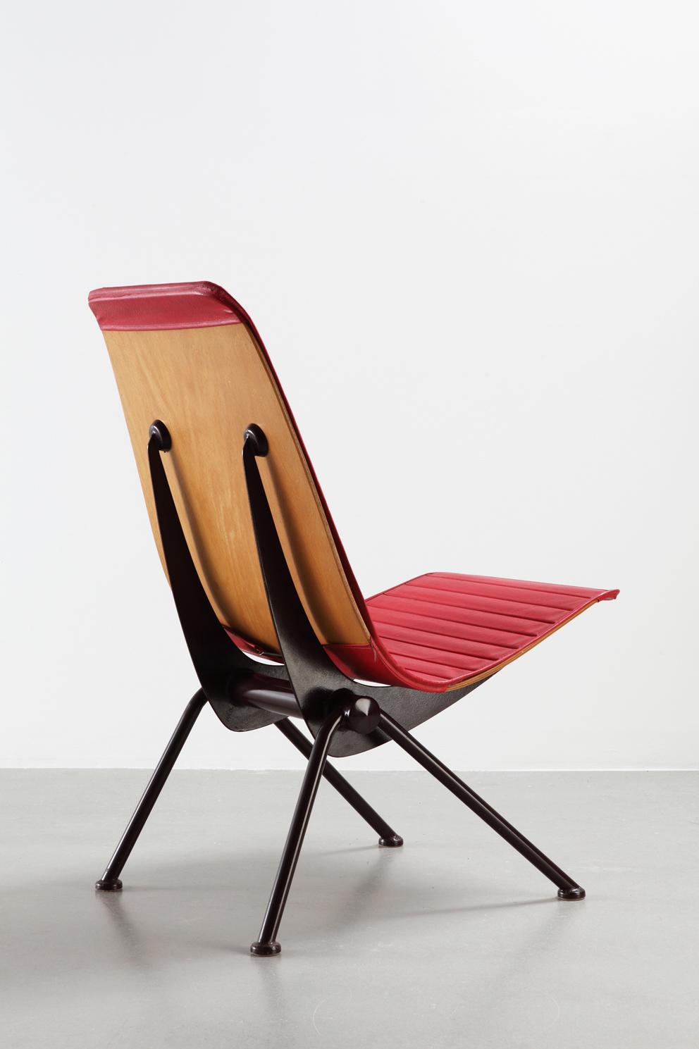 Jean Prouvé, Fauteuil Léger n°356, dit «chaise Antony» variante con ussa in similpelle, 1955.