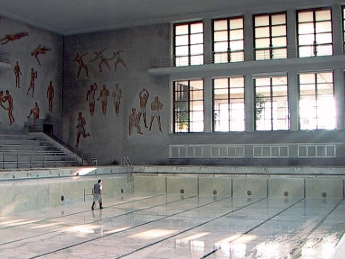 Rossella Biscotti in collaborazione con/in collaboration with Kevin van Braak, Il ripristino della vasca vuota, video, 2006. Courtesy: Prometeogallery, Milano/Lucca