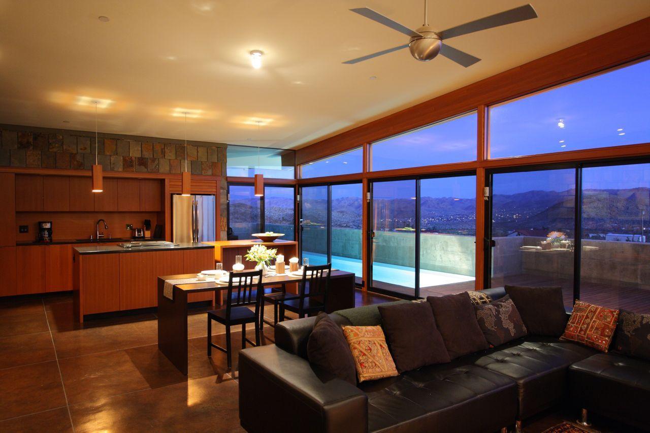 Aaron D'Innocenzo ha progettato e costruito interamente da solo la sua abitazione, nel deserto Mojave, in California.