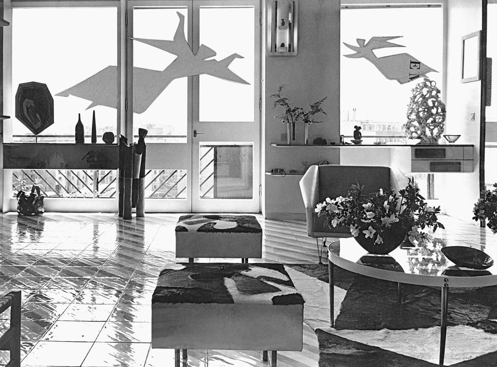 """Veduta del soggiorno di casa Ponti con il sistema """"finestra arredata"""", 1957, Milano"""