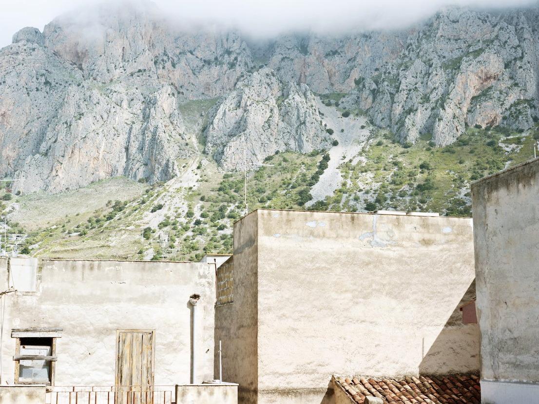 Vista dal balcone della casa di Gaetano Badalamenti, Cinisi, Palermo, 2012. Capomafia di Cinisi e leader della cupola di Cosa Nostra negli anni '70, Badalamenti è morto nel 2004 in un carcere degli Stati Uniti mentre stava scontando una condanna di 45 anni per narcotraffico. Nel 2002 la corte italiana lo aveva condannato all'ergastolo per l'omicidio di Giuseppe Impastato, avvenuto nel 1978. La sua abitazione a Cinisi è stata donata al Centro Impastato nel 2010.