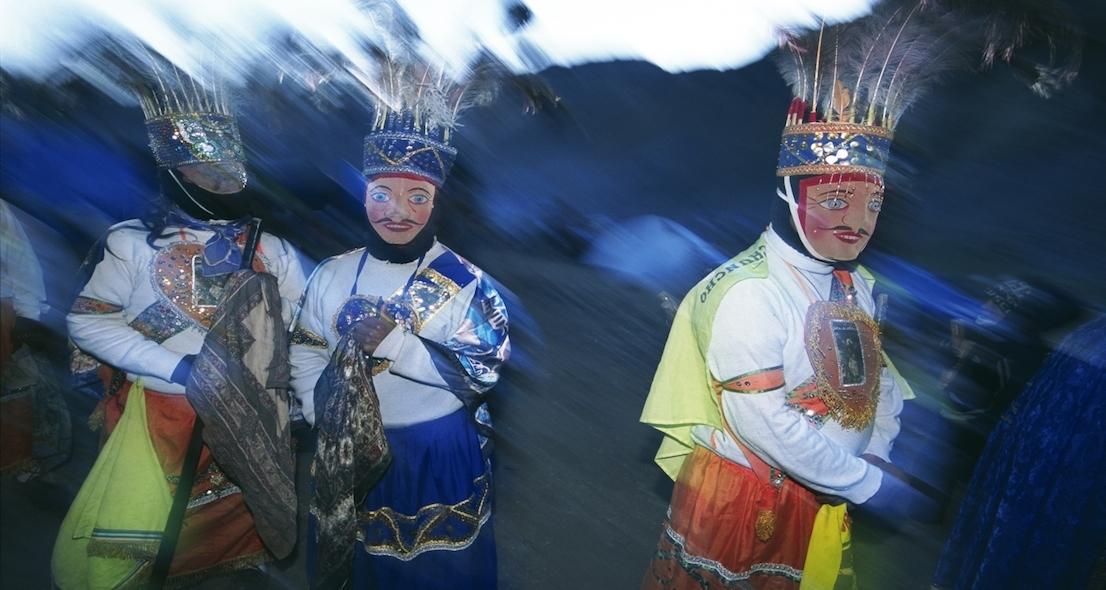 """Foto di Kazuyoshi Nomachi. Uomini con la maschera, chiamati Ukuku (""""orsi""""). Qoyllur Ritti, Perù, 2004."""