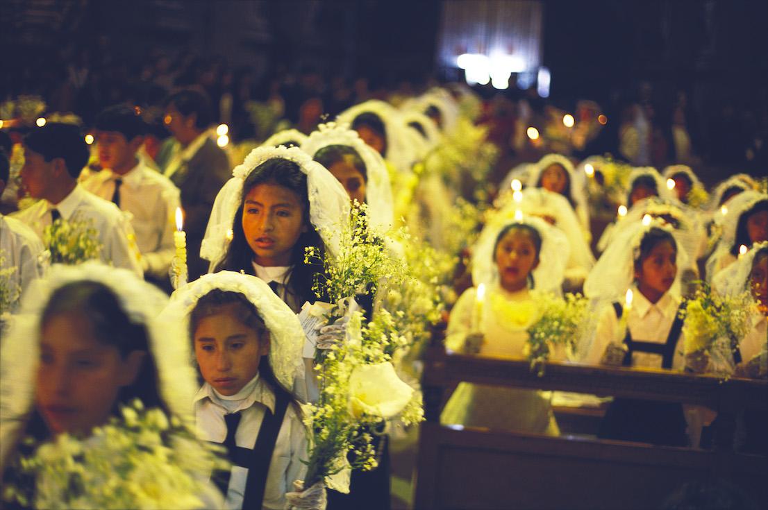 Foto di Kazuyoshi Nomachi. La cerimonia della Prima Comunione Cuzco, Perù, 2002.