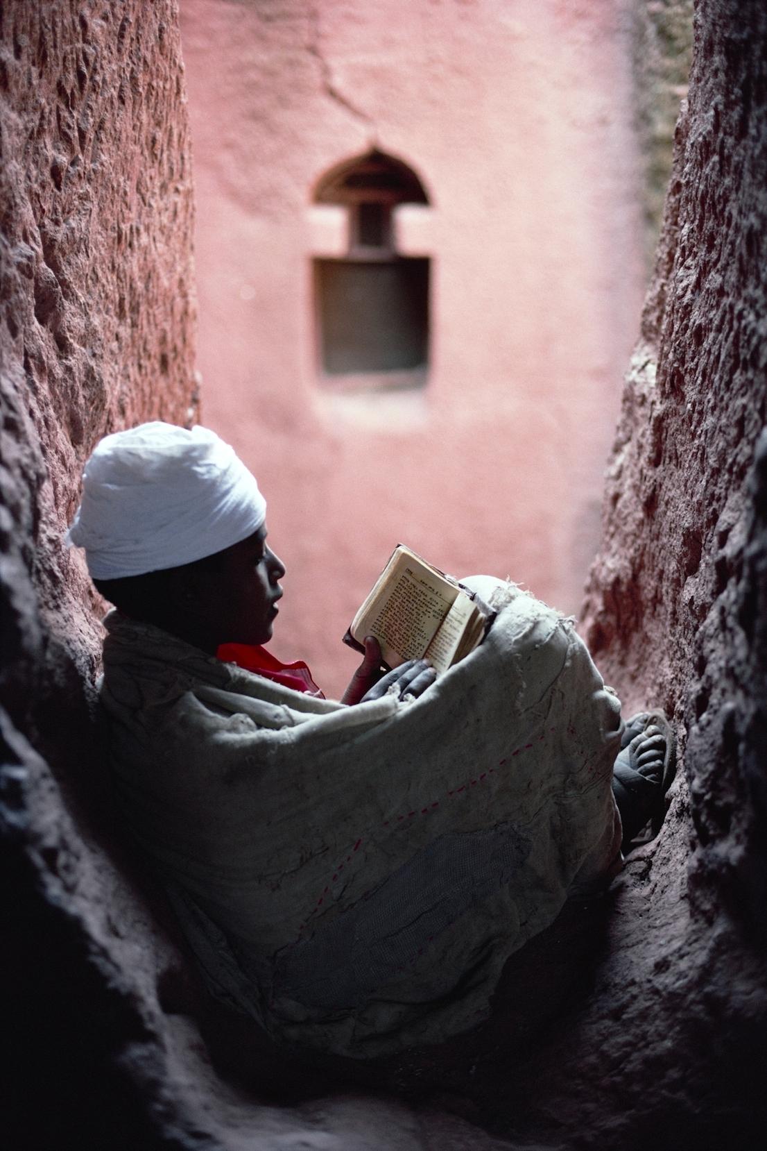 Foto di Kazuyoshi Nomachi. Un giovane diacono legge la Sacra Bibbia Lalibela, Etiopia ,1997.
