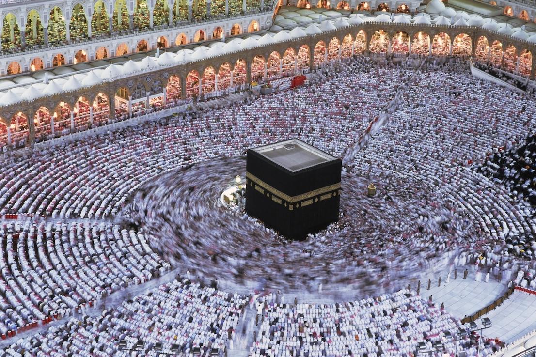 Foto di Kazuyoshi Nomachi. I pellegrini partecipano alla funzione della Notte del Destino (Laylat al-Qadr), il 27° giorno del Ramadàn. La celebrazione commemora la rivelazione del Corano al Profeta. La Mecca, Arabia Saudita 1995.