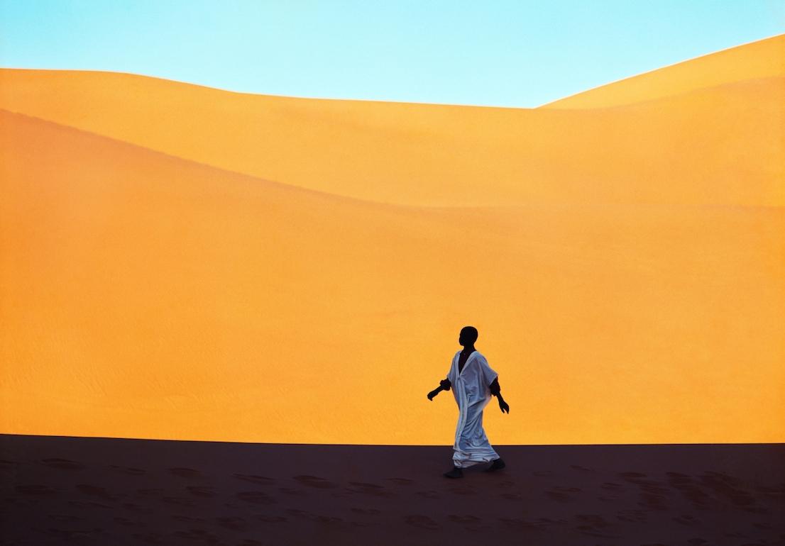 Foto di Kazuyoshi Nomachi. Un ragazzo attraversa una valle di dune. Kerzaz, Algeria, 1972.