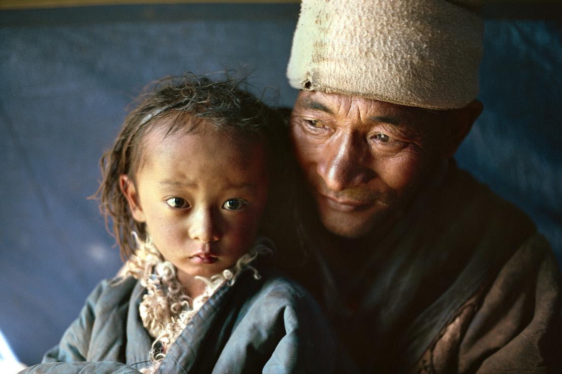 Foto di Kazuyoshi Nomachi. Un padre nomade con il figlio. Tibet, Cina, 1991.