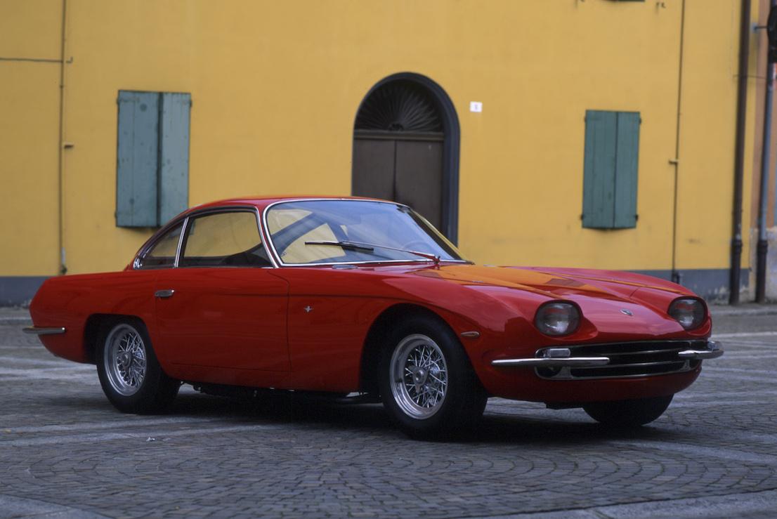 Lamborghini 350 gt colore rosso nella piazza di S.Agata Bolognese. Foto Guizzardi Umberto