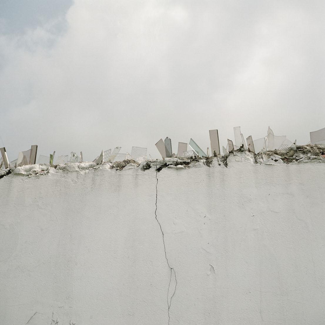 Alec Soth, Untitled 25, Bogotá (broken glass wall), 2003.