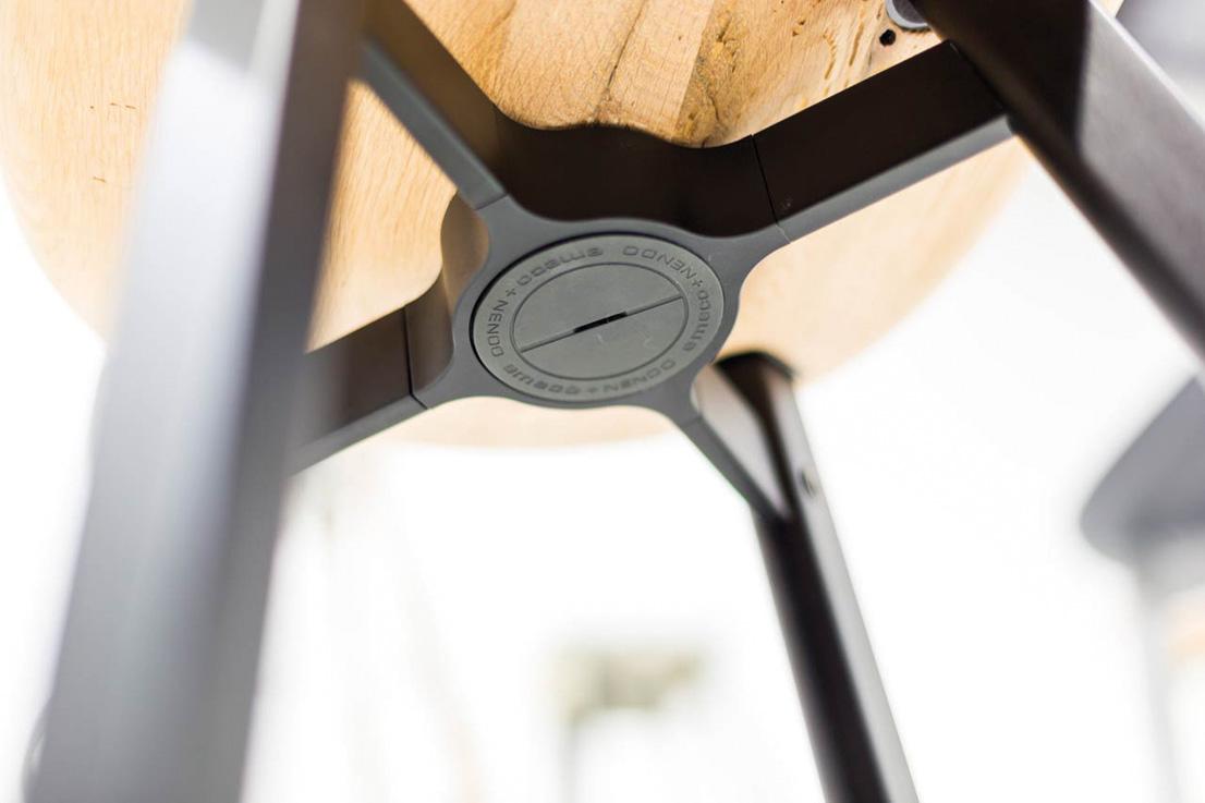 Sgabello SU, design di Nendo per Emeco.