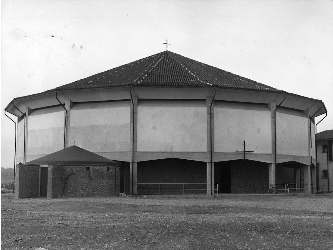 Chiesa di Santa Maria Nascente al quartiere QT8, piazza Santa Maria Nascente 2, 1947/55, progetto di Vico Magistretti con M. Tedeschi Foto di A. Ballo