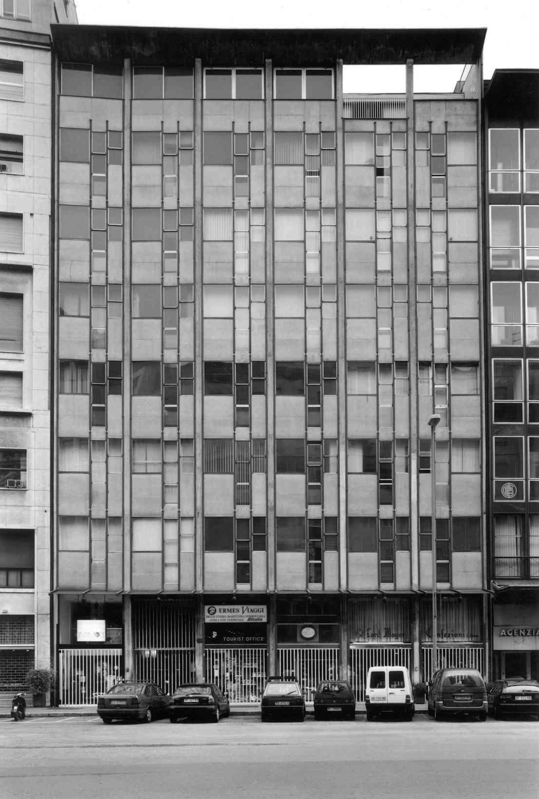 Edificio per uffici, corso Europa 22, 1955/57. Progetto di Vico Magistretti. Foto di Gabriele Basilico