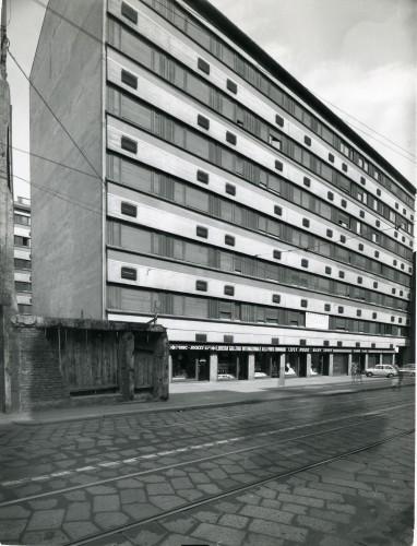 Casa per abitazioni, corso di Porta Romana 49-51-53, 1962/67. Progetto di Vico Magistretti. Foto di Pegoraro.
