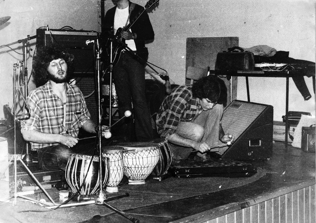 Cino Zucchi suona le Tablas con Piero Milesi, 1974.