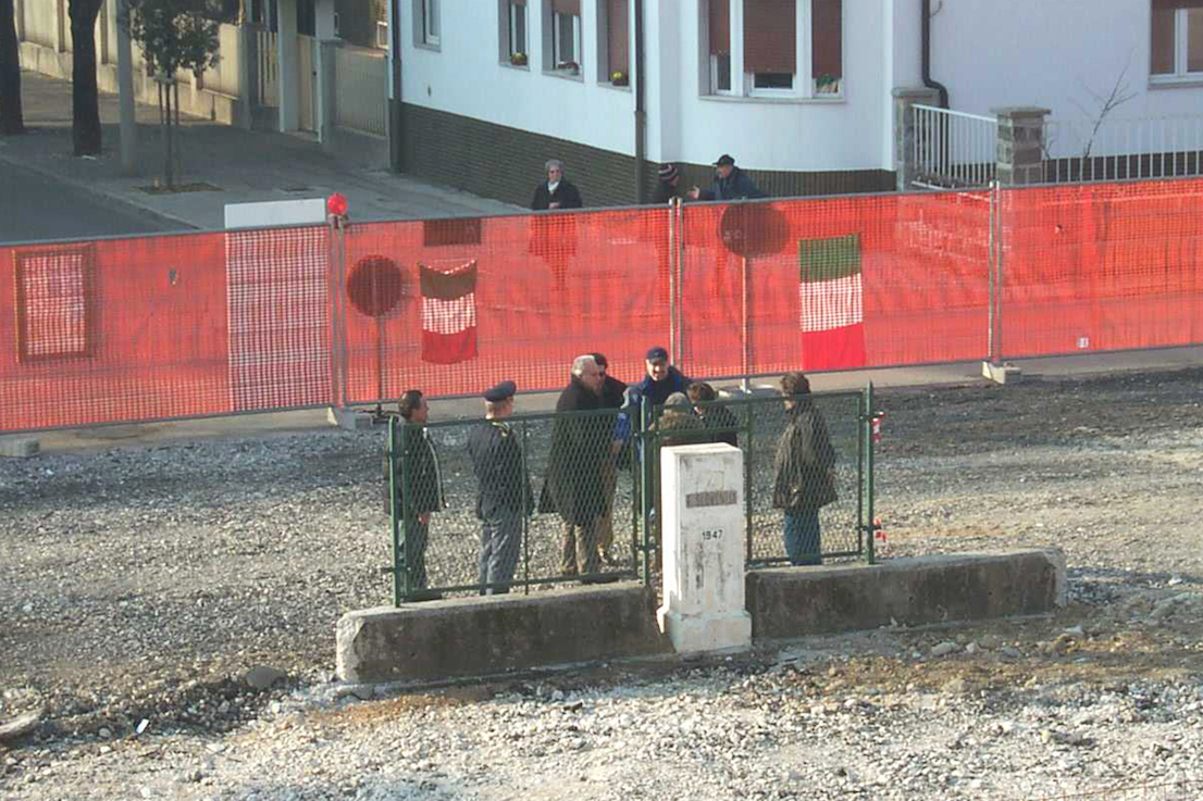Demolition of the last stretch of the boundary fence in Gorizia, at the time Slovenia joined the European Union, in 2004. From the archives of the Istituto Geografico Militare.