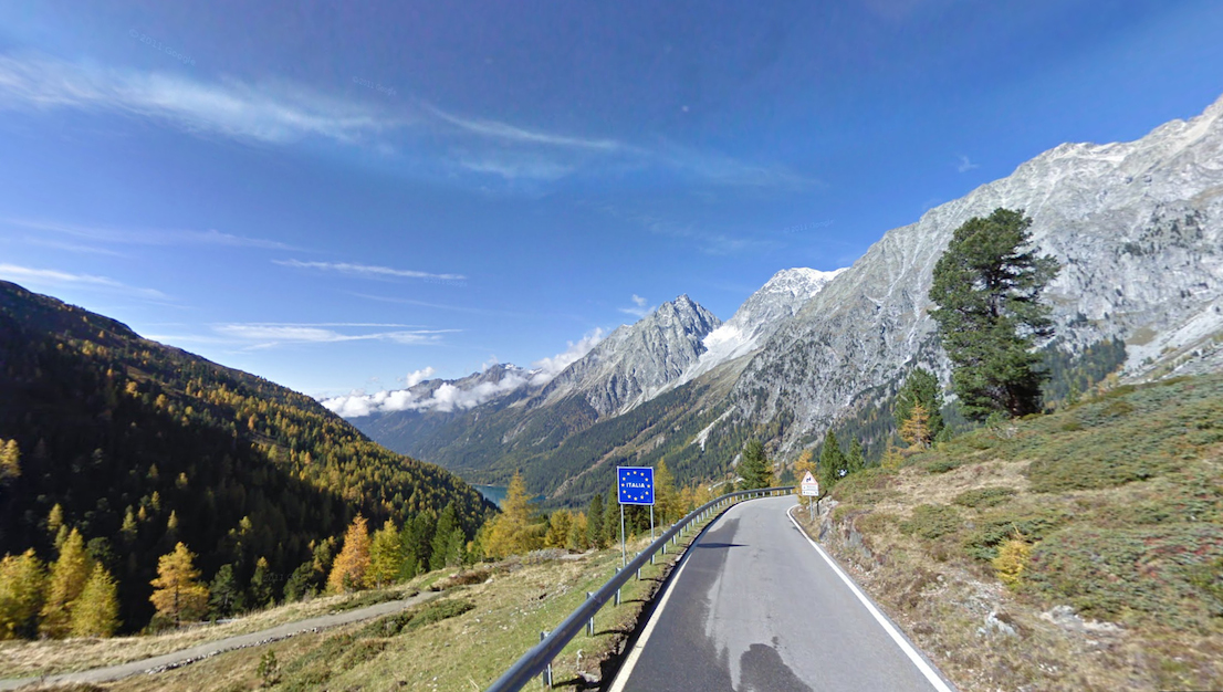Valico alpino, confine italo-austriaco. / Mountain pass on the Italian-Austrian border. Google Street View.