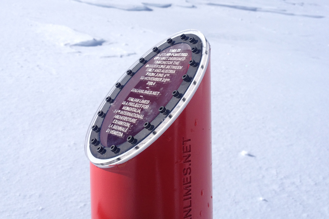 I sensori GPS, alimentati ad energia solare, sul ghiacciaio del Similaun. Foto di Marco Ferrari, maggio 2014. / The solar-powered GPS sensors on the Similaun glacier. Photo by Marco Ferrari, May 2014.