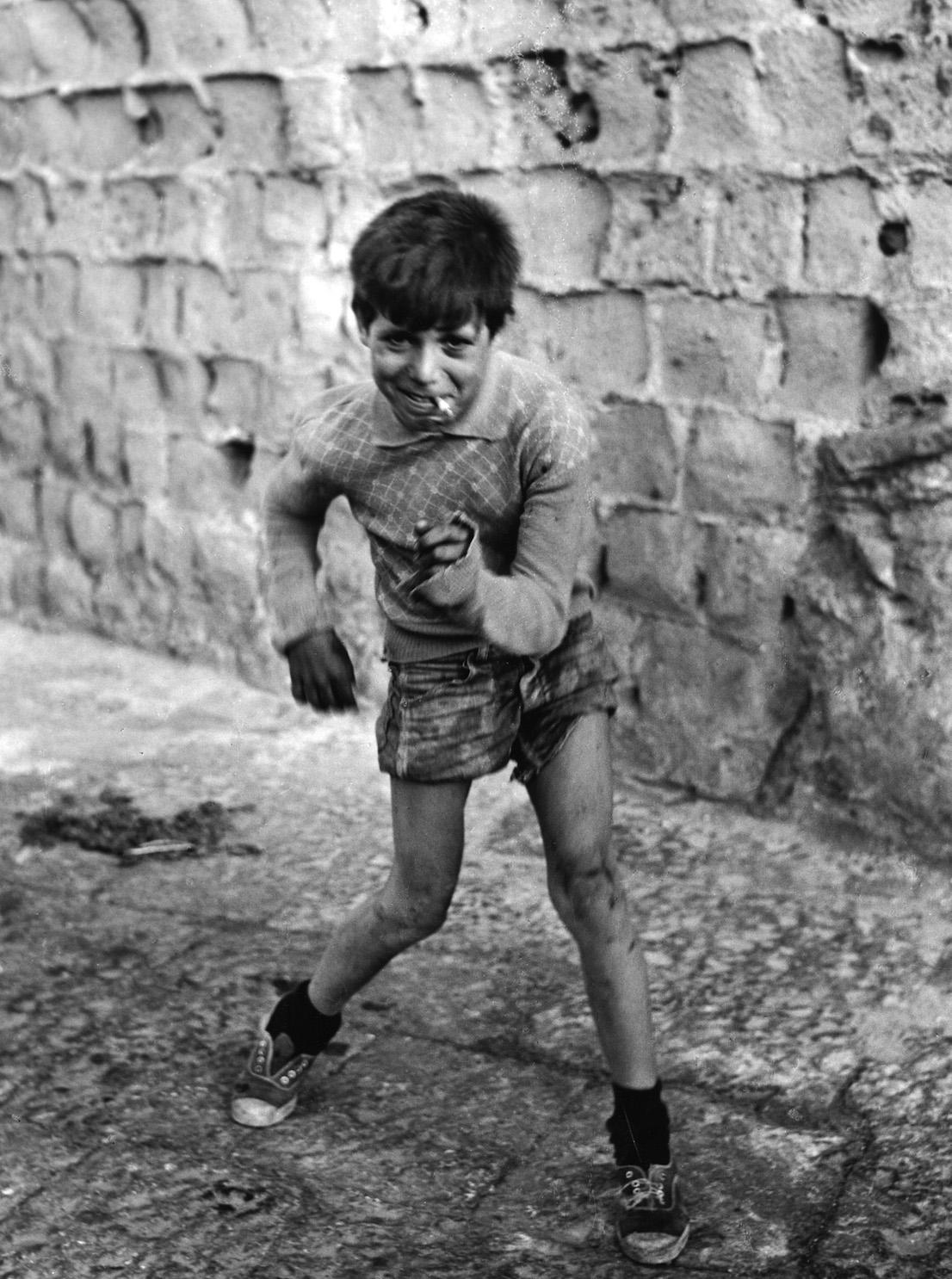 """Mario Cattaneo. Dalla serie """"Vicoli"""", Napoli, anni Cinquanta"""
