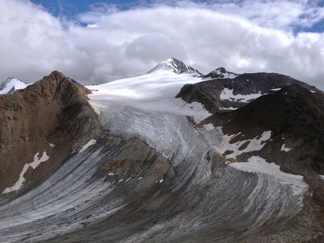 Il ghiacciaio e la cima del Similaun (3.597 m) viste dal Similaunhütte, sul Confine di Stato italo-austriaco, 21 settembre 2014.