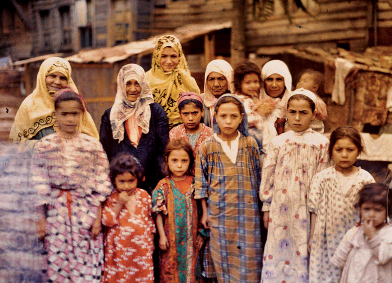 Albert Kahn, Les Archives de la Planète, Stéphane Passet. Turkey, Istanbul, group of Armenian women and girls, September 1912. © Musée Albert-Kahn, Département des Hauts-de-Seine.
