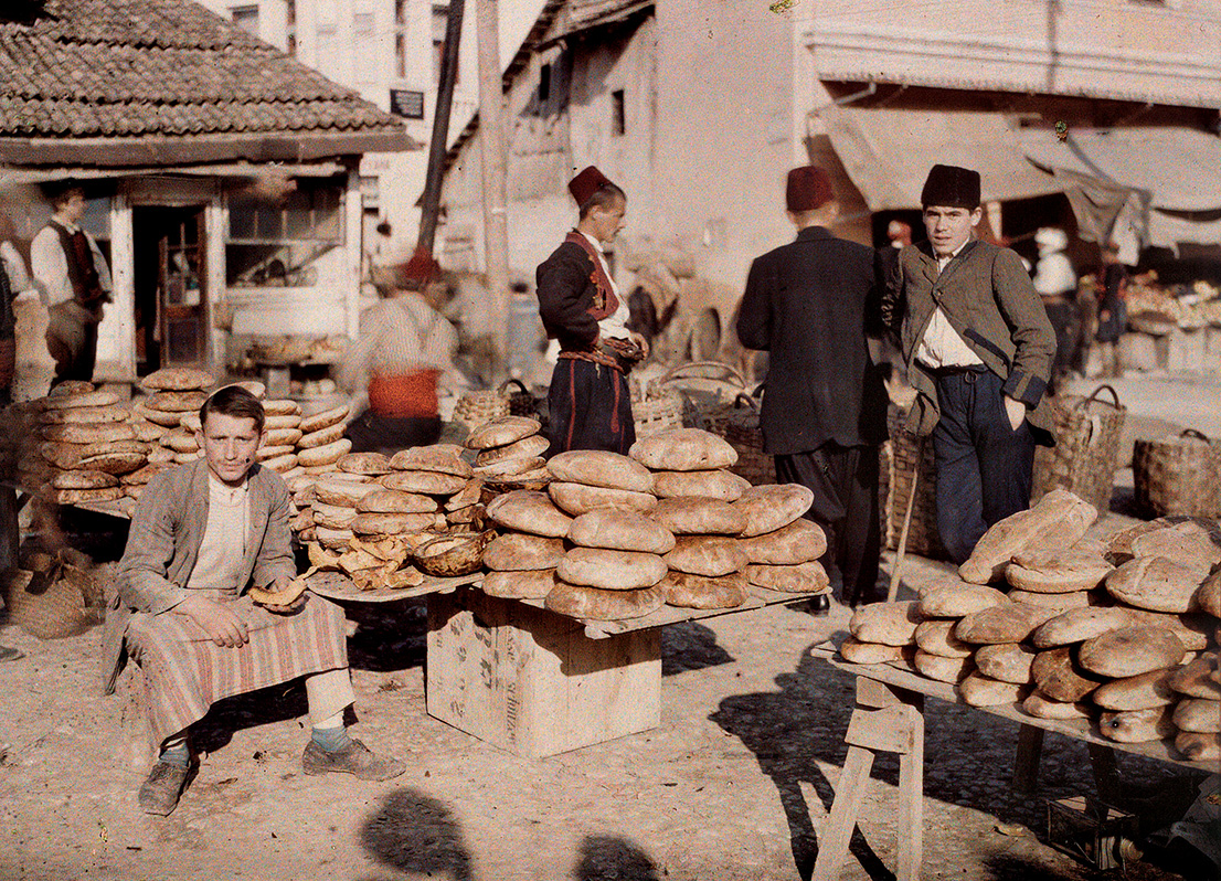 Albert Kahn, Les Archives de la Planète, Auguste Leon. Bosnia and Herzegovina, Sarajevo, dealer of homemade bread on the market. October 15th 1912. © Musée Albert-Kahn, Département des Hauts-de-Seine.