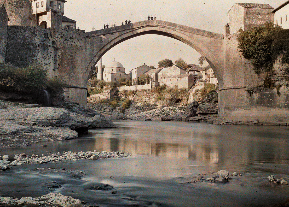 Albert Kahn, Les Archives de la Planète, Auguste Léon. Bosnia and Herzegovina, Mostar, Old Bridge, April 29th 1913. © Musée Albert-Kahn, Département des Hauts-de-Seine.