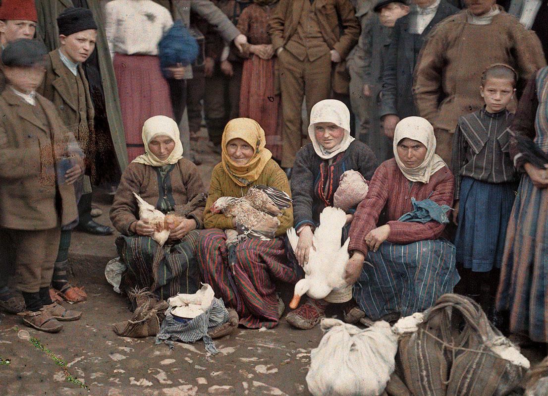 Albert Kahn, Les Archives de la Planète, Auguste Léon. Serbia, Krusevac, saleswomen of poultry on the market, April 29th 1913. © Musée Albert-Kahn, Département des Hauts-de-Seine.