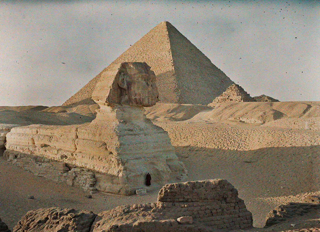 Albert Kahn, Les Archives de la Planète, Auguste Léon. Egypt, Gizeh, Pyramid of Cheops and Sphinx, January 6th 1914. © Musée Albert-Kahn, Département des Hauts-de-Seine.