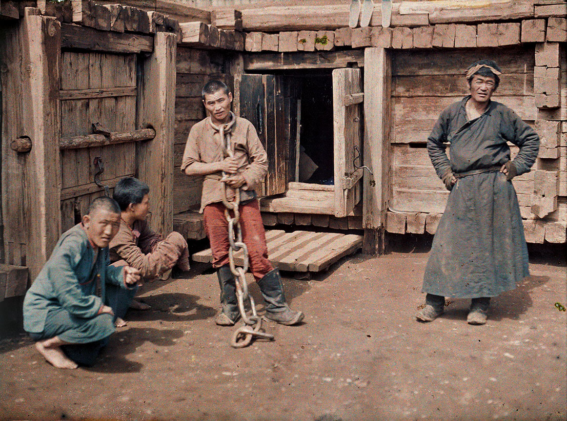 Albert Kahn, Les Archives de la Planète, Stéphane Passet. Mongolia, Ulaanbaatar, sentenced person and the warders of the jail, July 25th 1913. © Musée Albert-Kahn, Département des Hauts-de-Seine.