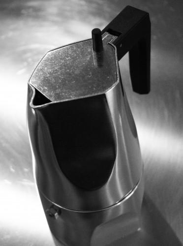 Caffettiera Ossidiana, design di Mario Trimarchi per Alessi.