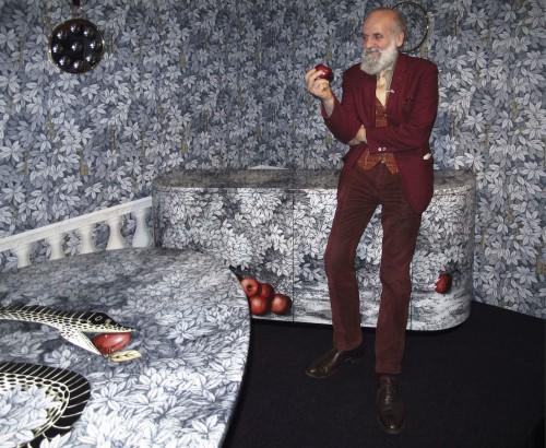 """Barnaba Fornasetti nel suo showroom di corso Matteotti per la presentazione della collezione """"frutto del peccato"""" durante il fuorisalone 2013."""