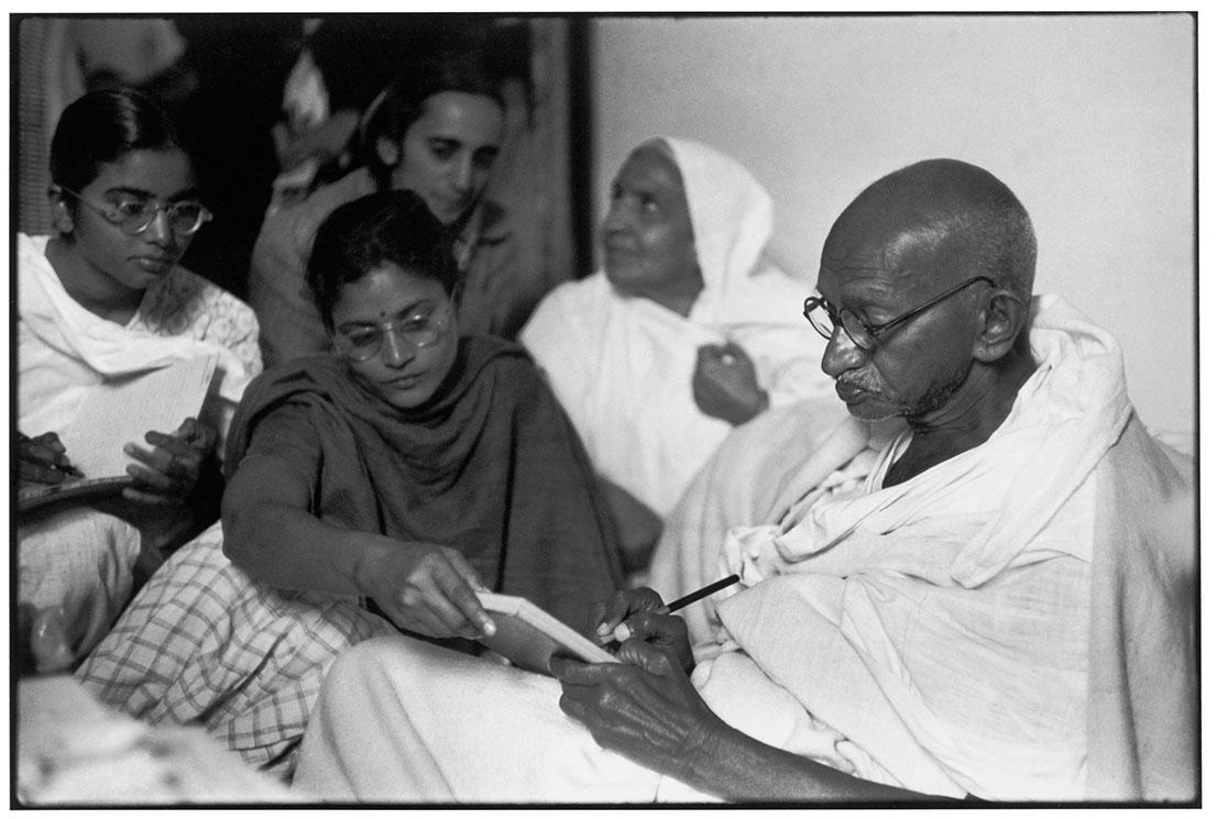 Gandhi, India, 1948. Foto di Henri Cartier Bresson.