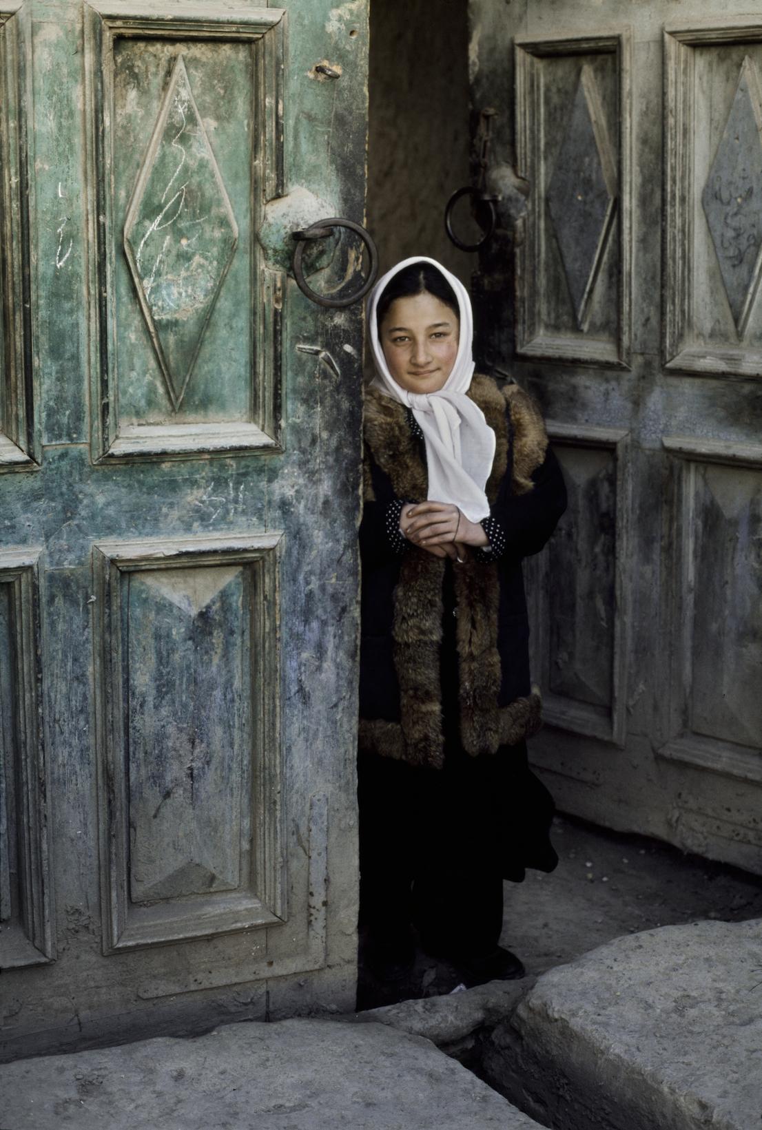 Ragazza sull'uscio, Afghanistan, 2003