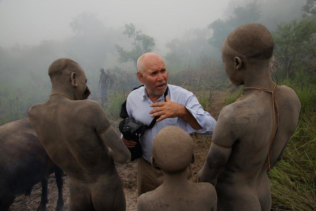 Steve McCurry che parla con un uomo della tribù Surma, Omo Valley, Ethiopia, 2012