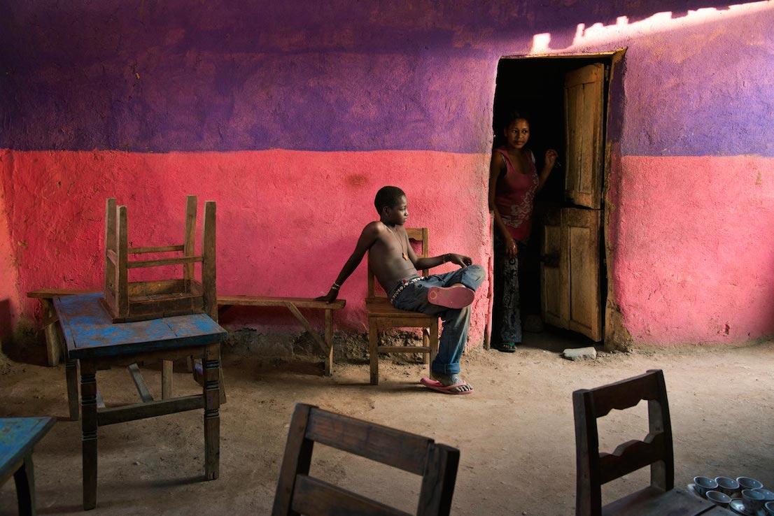 Un ragazzo seduto su una sedia, Omo Valley, Ethiopia, 2013