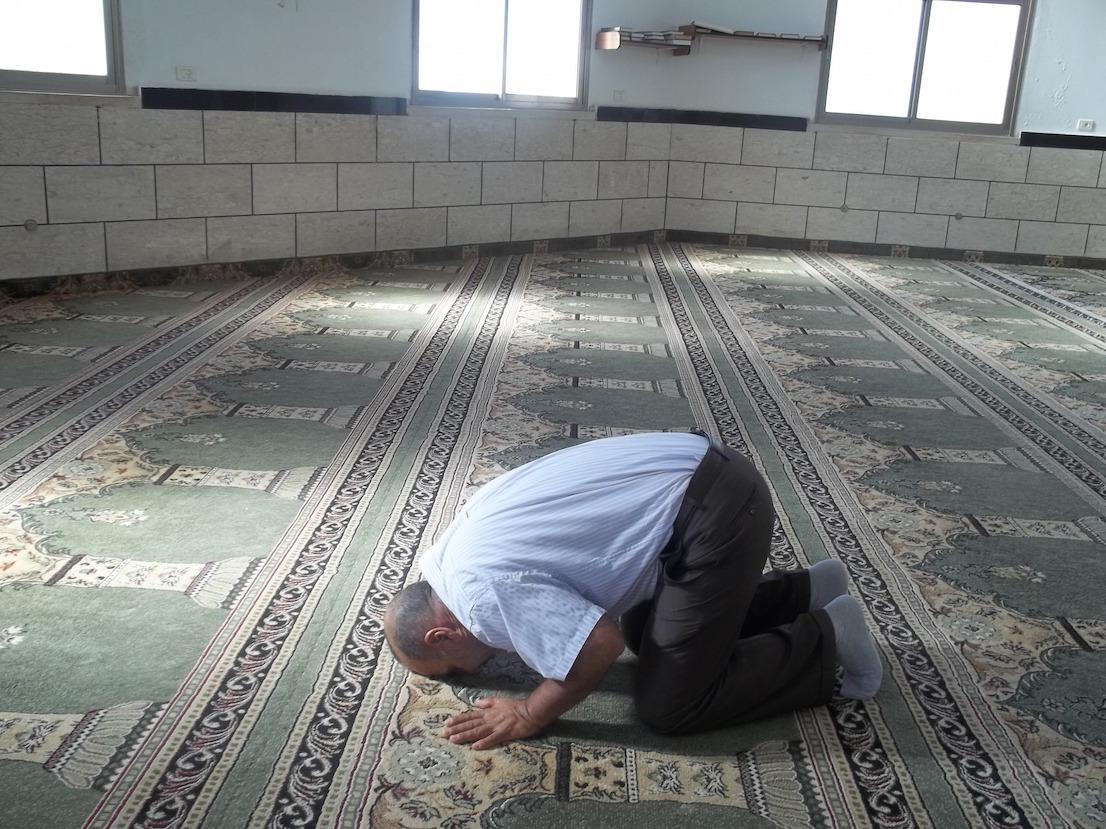 Wendy Ewald, A Man Praying in the Al-Abrar Mosque … Widad/Walla / Muž při modlitbě vmešitě Al-Abrar … Widad/Walla 2013.