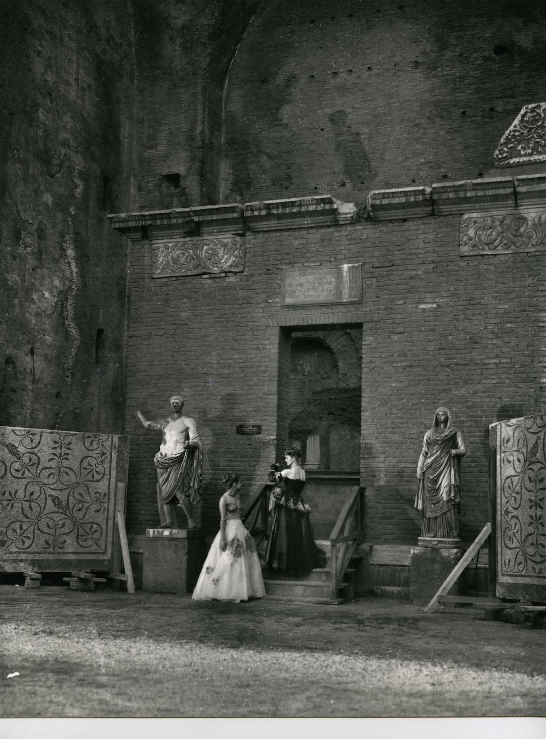 Modelli De Gasperi Zezza, foto Pasquale De Antonis, 1948, pubblicata in I Tessili Nuovi. Estate, n. 37, luglio-agosto-settembre 1948-Terme di Diocleziano