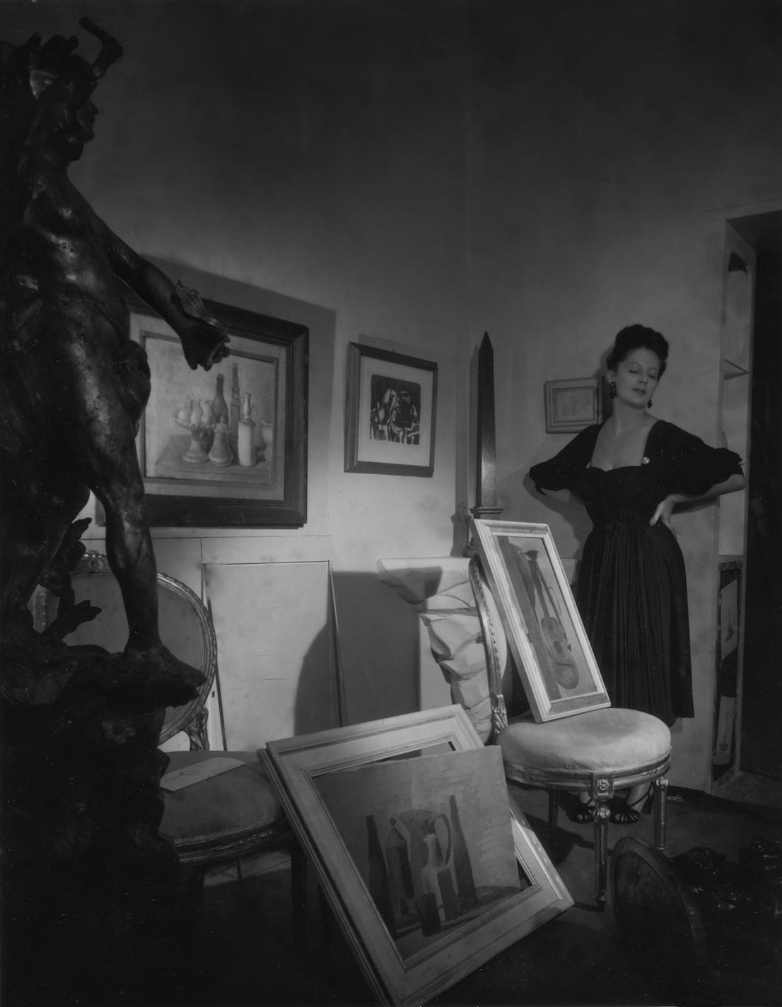 """Irene Brin alla galleria dell'Obelisco con un modello Carosa, 1946. Foto Pasquale De Antonis, pubblicata nel servizio Un altro obelisco a Roma, in """"Bellezza"""", dicembre 1946. Courtesy Archivio De Antonis, Roma."""