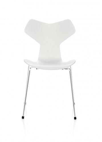 La sedia 3130 progettata da Arne Jacobsen nel 1957, poi ribattezzata Grand Prix.