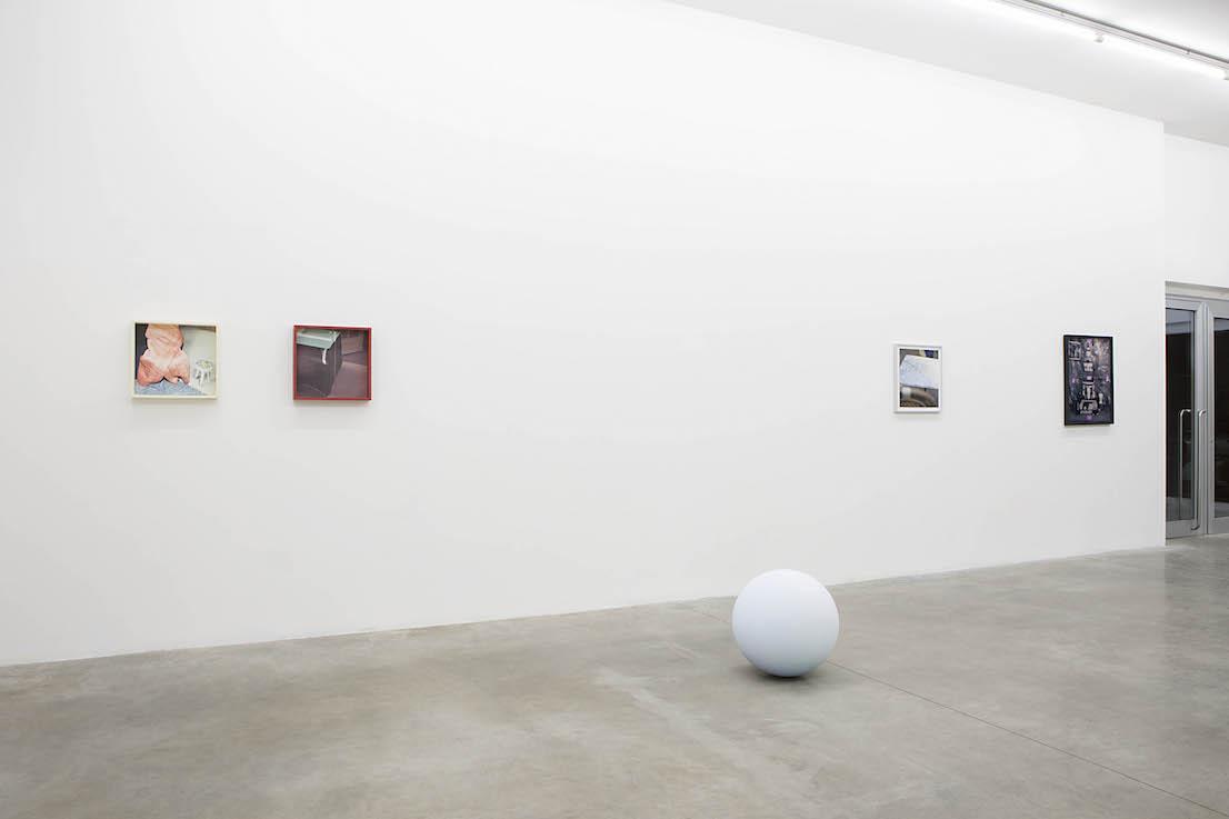Surface (New Life) Chris Cornish, Sara Cwynar, Calla Henkel e Max Pitegoff, Hanne Lillee Fluxia, Milano. Courtesy Fluxia Gallery, Milano. Foto: Andrea Rossetti.