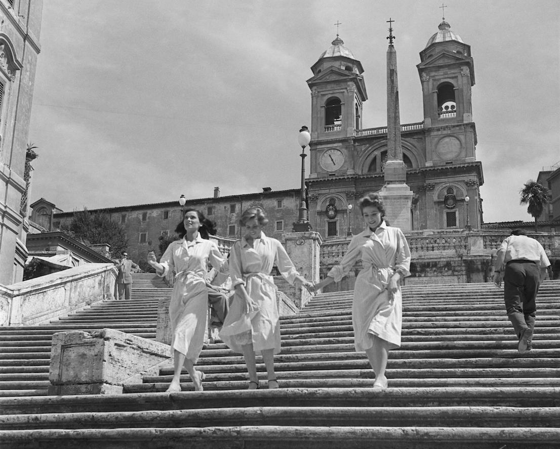 """Foto di scena da """"Le ragazze di piazza di Spagna"""" di Luciano Emmer (1952). Foto Osvaldo Civirani. Courtesy Archivio Fotografico della Cineteca Nazionale - Centro Sperimentale di Cinematografia. Fondo Civirani"""