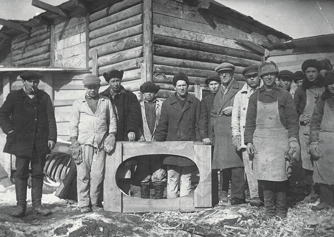 Le Corbusier con i lavoratori a Mosca.