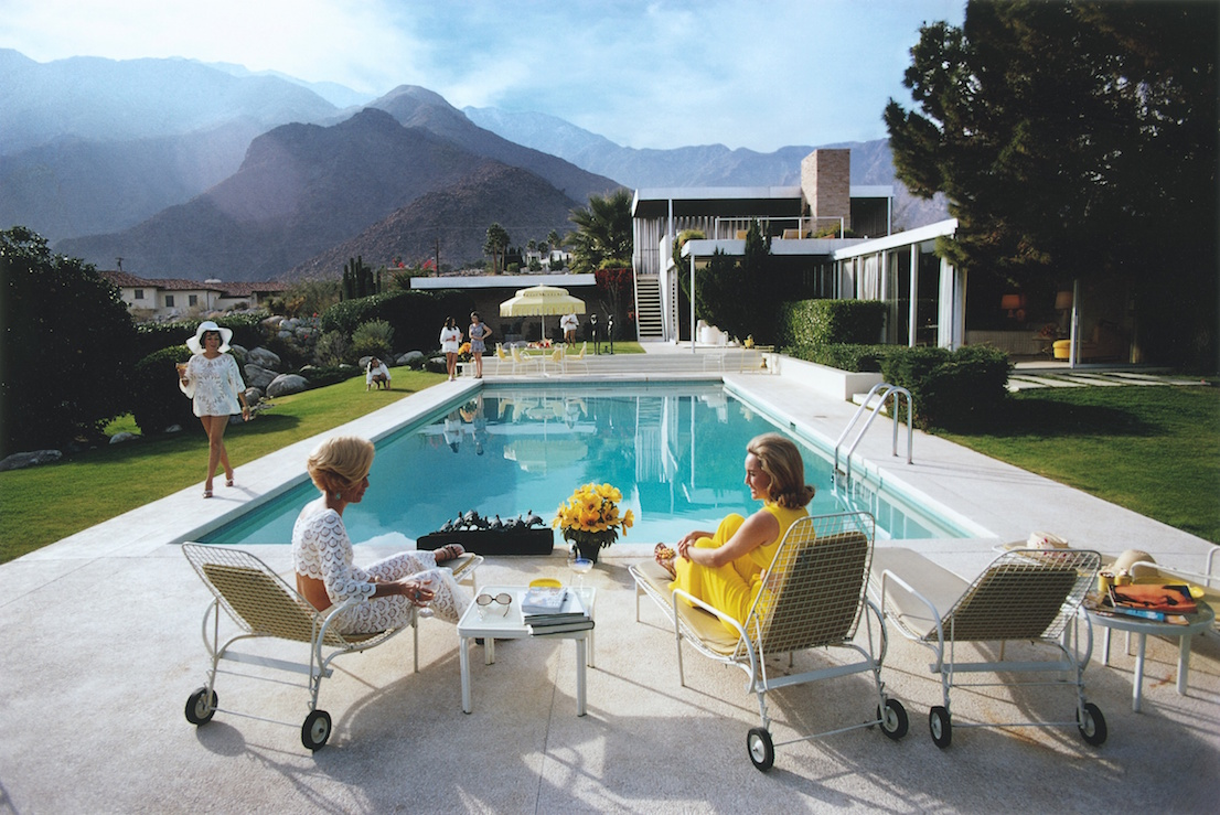 Poolside Gossip. Photo: Slim Aarons, 1970. Kaufmann Desert House, Palm Springs, California, designed by Richard Neutra in 1946. Courtesy: Getty Images.