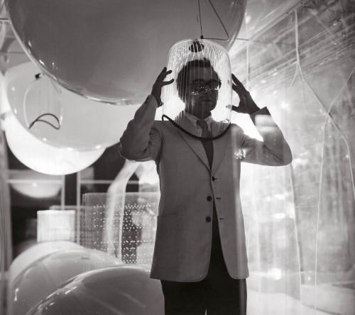 """Ugo La Pietra, Immersione """"Caschi sonori"""". Installazione alla Triennale di Milano (con Paolo Rizzatto), 1968. Courtesy Archivio Ugo La Pietra."""