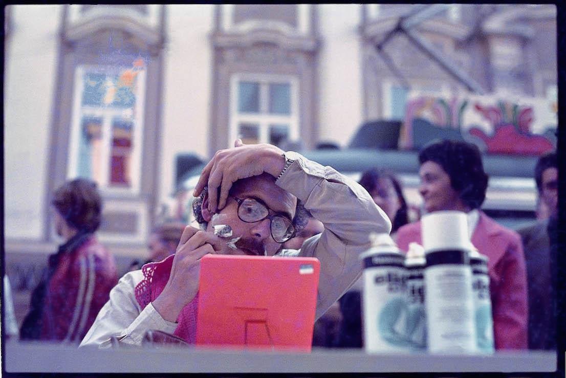 Ugo La Pietra, Abitare è essere ovunque a casa propria, performance, Linz (Austria), 1979. Courtesy: Archivio Ugo La Pietra.