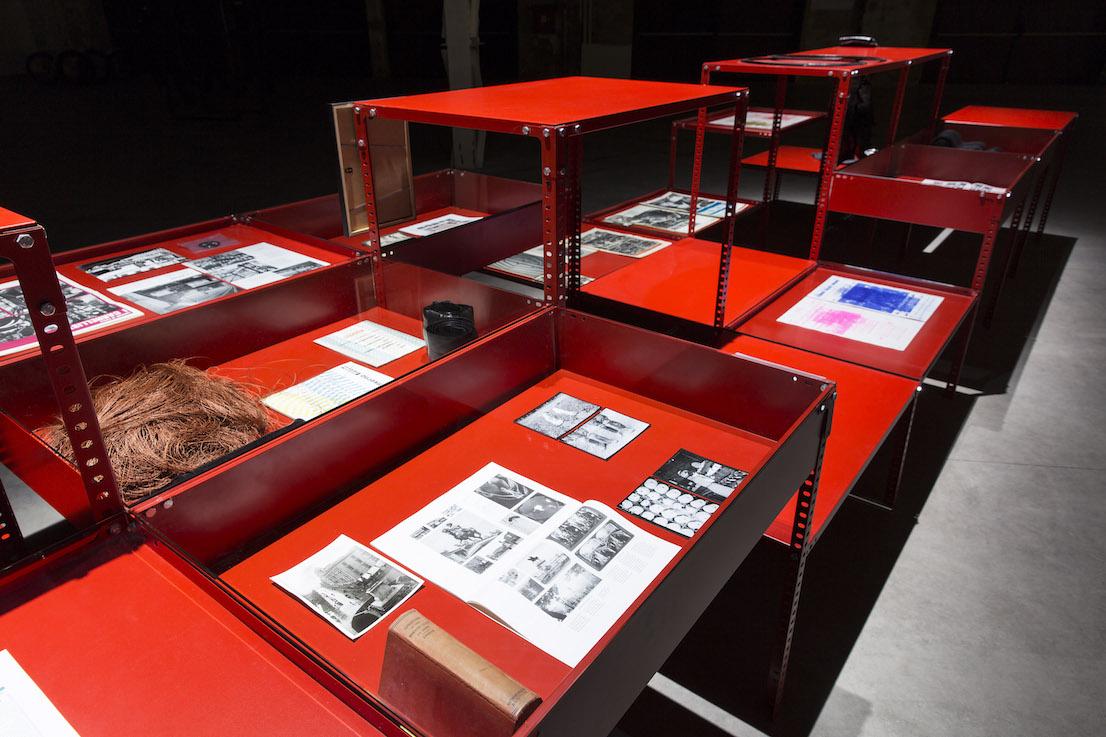 Celine Condorelli, Support Structure (Red), 2012-2014. Courtesy l'artista, Fondazione HangarBicocca, Milano. Foto Agostino Osio.