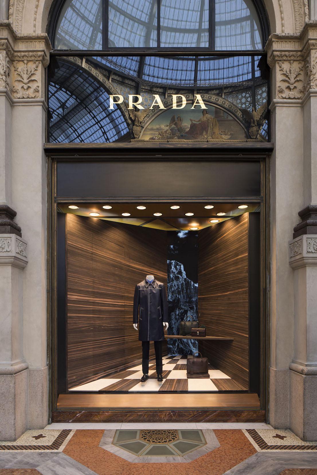 Corner Prada, Galleria Milano, design di Martino Gamper