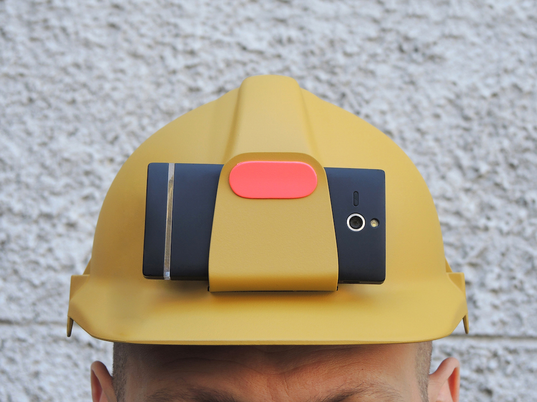 Elmetto protettivo con clip per inserire il proprio cellulare e registrare filmati in soggettiva nei cantieri. Design di Odoardo Fioravanti.
